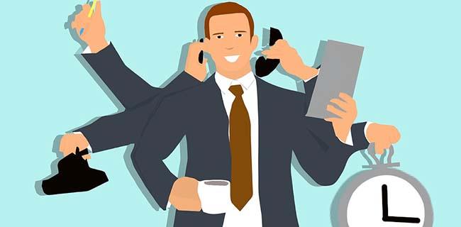 hjemmeside overvejelser - travl mand multitasker