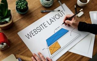 Hvordan laver man en hjemmeside bliver vist af person ved skrivebord
