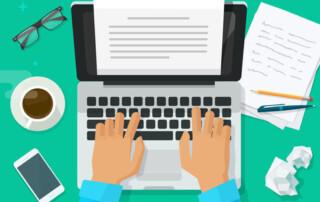 Seo tekster bliver skrevet ind på computer